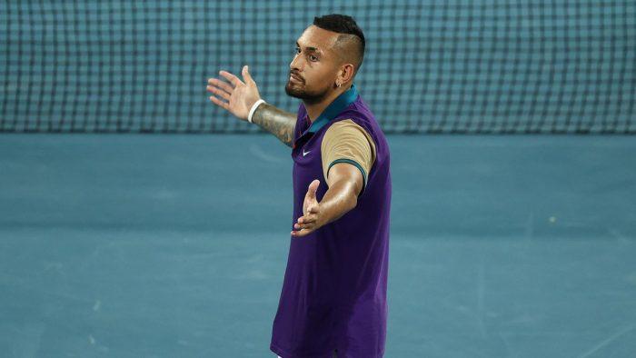 Câu chuyện có 1-0-2 tại Australian Open: Corentin Moutet đập vợt, Serena hóa tắc kè hoa,…